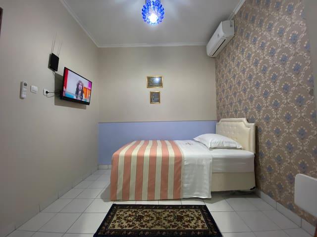 Single Room ( kamar tidur dengan single bed dengan warna biru yang menawan)