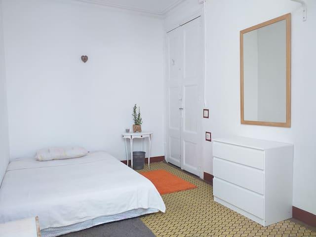 Centro de Barcelona habitación con pequeña terrasa