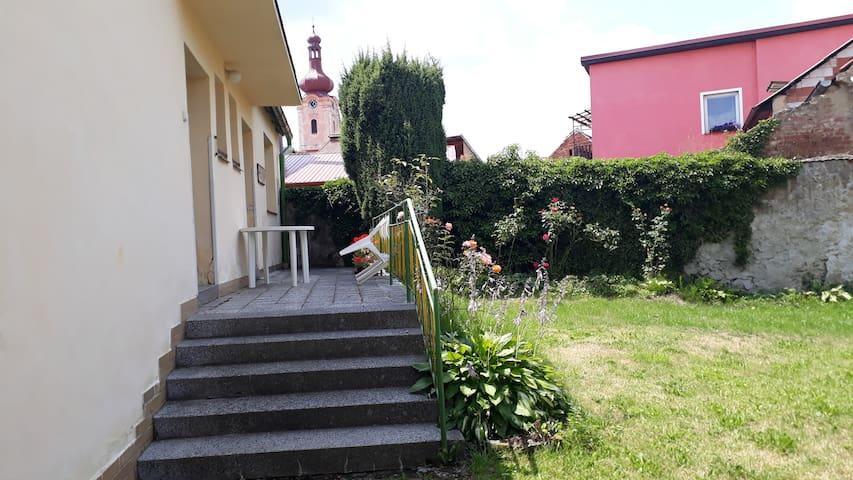 Prostorný dům s terasou, dvorkem a zahradou.