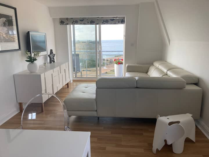 FABULOUS BEACHFRONT APARTMENT, Sovereign Harbour