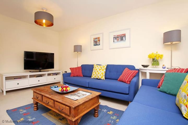 Redbud Riverhouse Sleeps 7, A great location and a beautiful modern holiday retreat in Tonbridge