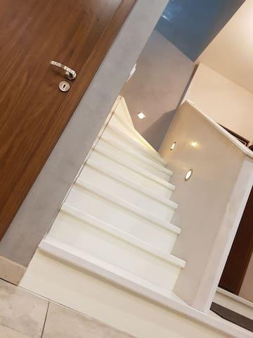 Escalier -->accès à  l'étage.