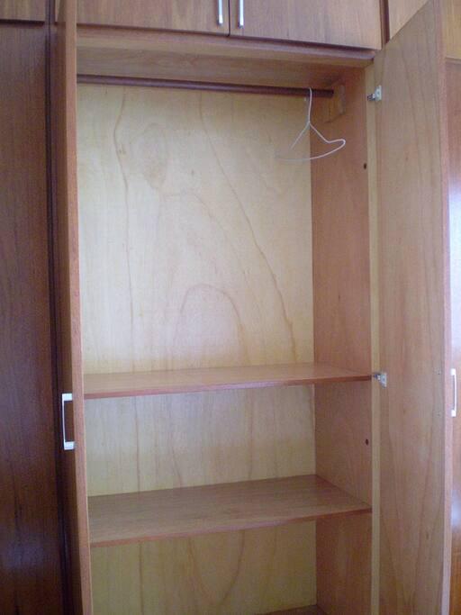 Armário disponível no quarto, para bagagem e roupas