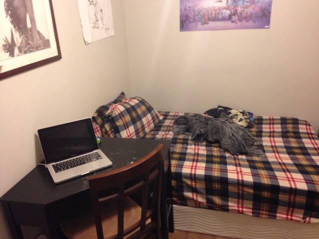 Ironically Authentic Bushwick Room - Brooklyn - Hus