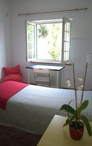 Private room near the airport + Kitchen use - Lisboa - House