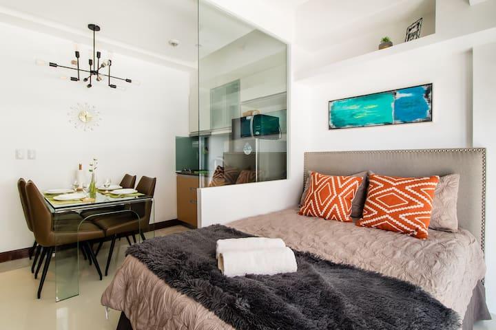 🌟 Deluxe Suite in Mckinley Hill near Venice Piazza