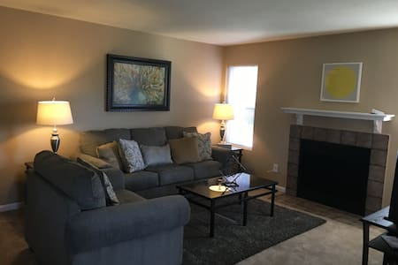 3 Bedroom City Center Lenexa - Lenexa - 公寓