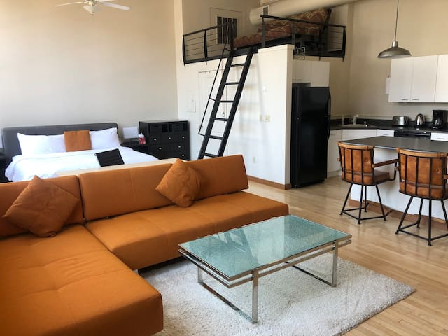MidCentury Modern Loft Downtown (King Bed)