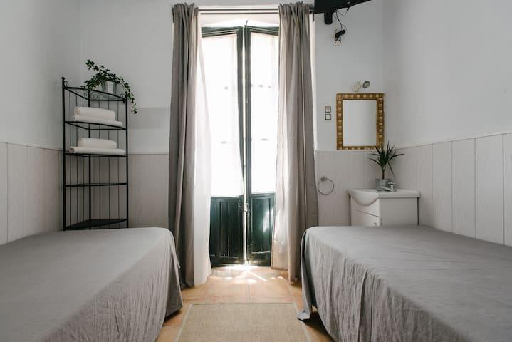 """Habitación 2"""" camas, Wifi,TV y A/C  Sevilla centro"""