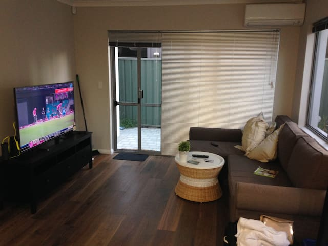 Private 2x2 Close to all Services - Rivervale - Appartement