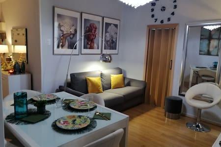 Amplia habitación, acogedora y luminosa!!
