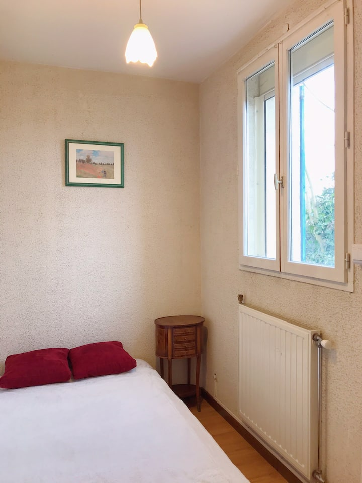 Private Room in House (just 100 meter from Metro).