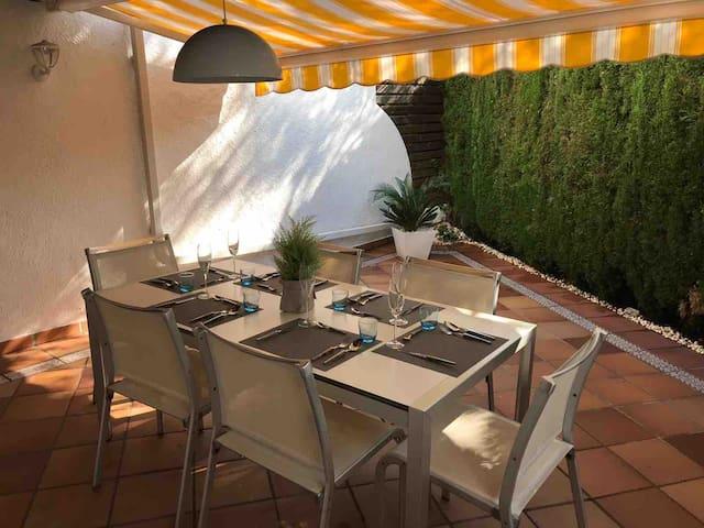 Magnifica terraza con barbacoa,  una mesa para 8-10 personas, con toldos motorizados Somfy , limonero y plantas .