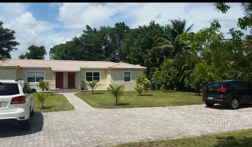 Beautiful Home in Biscayne Park - Miami Shores - House