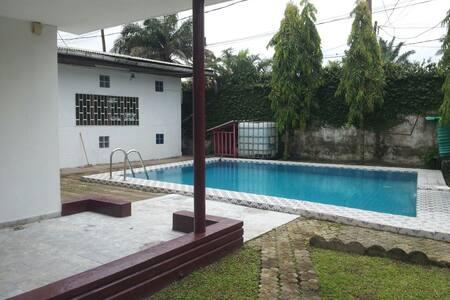 Villa meublée chic avec piscine à Bonapriso Douala - Douala