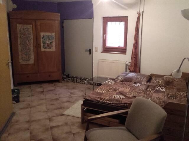 Günstiges Zimmer in Haus- WG im Souterrain