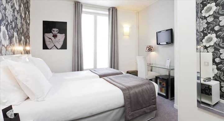 Jolie chambre cosy avec un lit double, proche de la gare du Nord, situation idéale pour visiter Paris.
