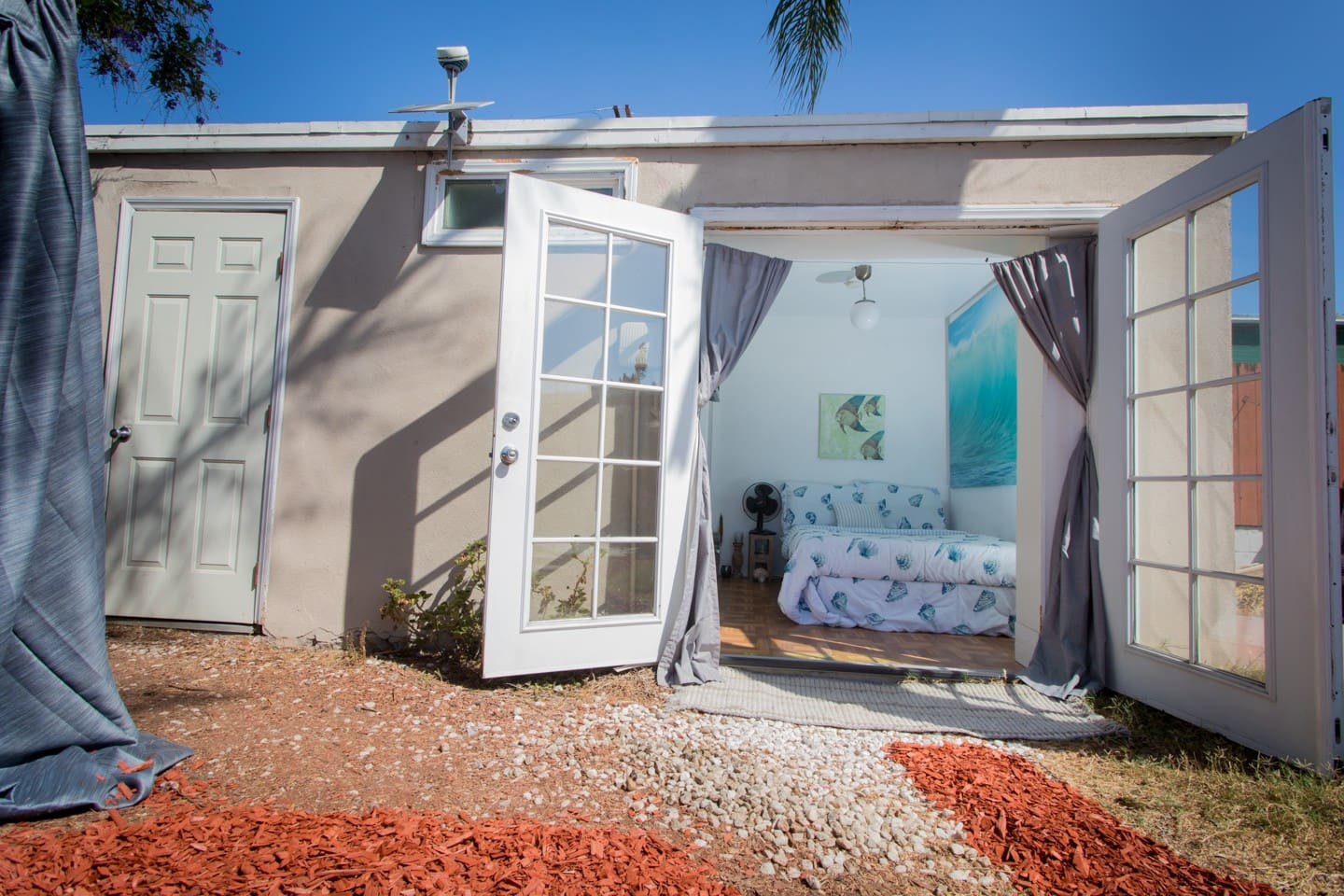 Your own guestroom and bathroom separated from our house in the backyard. Own entrance with convenient easy self check in