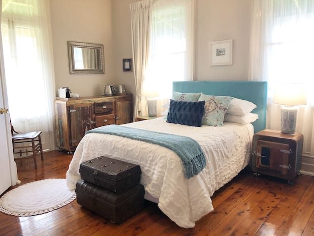QUILTY HOUSE ~ 2  Location and Luxury.