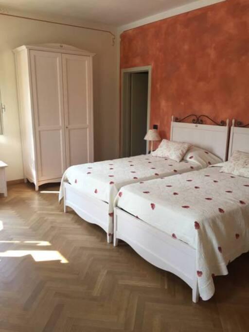 camera privata con due letti e armadio