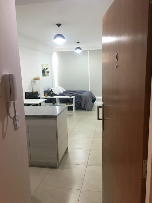 Welcome to the apartment / Bienvenidos, vista desde la puerta.