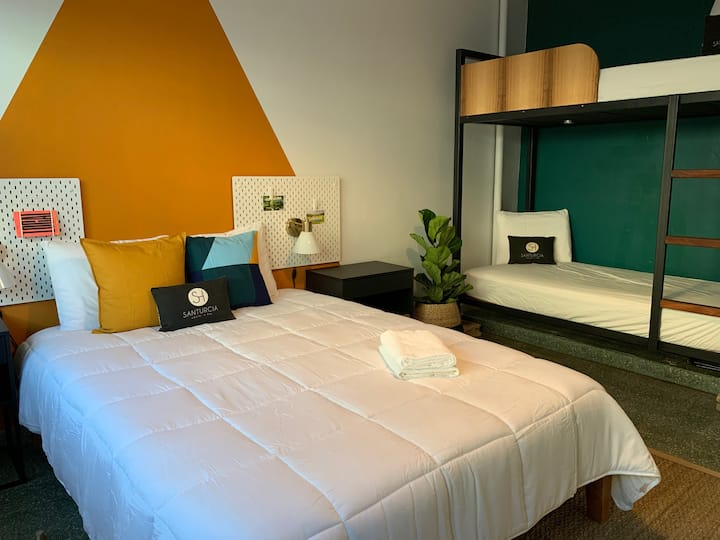 Santurcia Hostel : Queen bed and two twin beds
