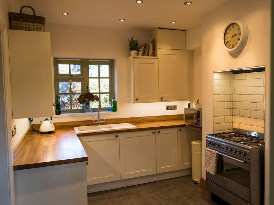 Cosy kitchen with large cooker and table to seat 6