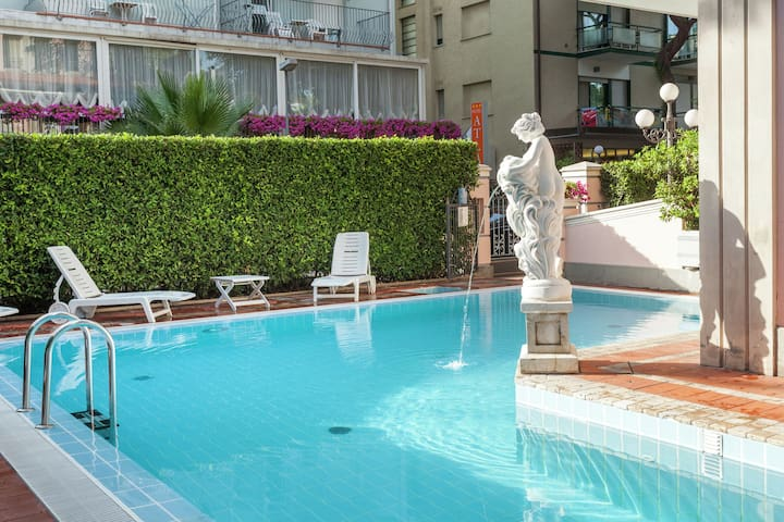 Apartment in villa with pool in quiet central area, 150m from the sea