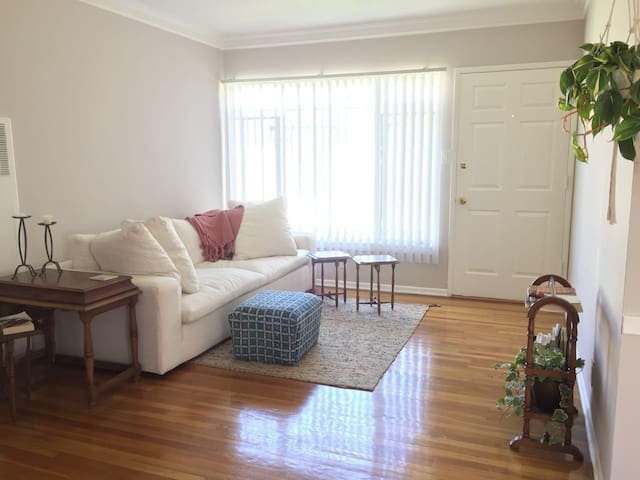 WALK TO GRIFFITH PARK--ONE BDR APT! SUBLET