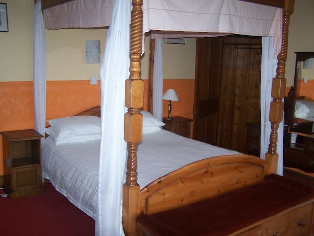 Carnelian Room, Crystal House - Strathpeffer - Bed & Breakfast