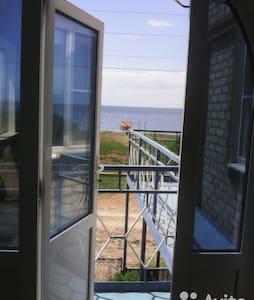 Уютные комнаты на втором этаже,с видом на залив - Sennoy