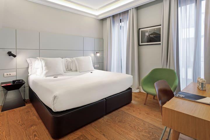 Contemporary double/twin room next to Retiro Park