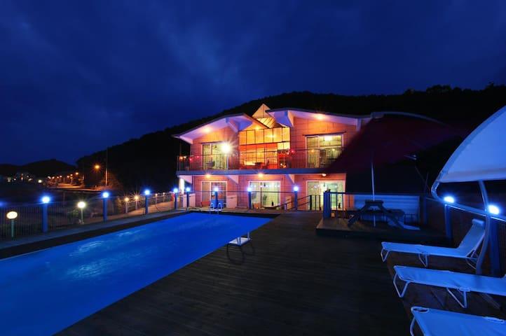 가족, 단체모임을 위해 5개 객실을 갖춘 바닷가 갈매기의꿈펜션(수영장, 갯벌체험, 낚시)