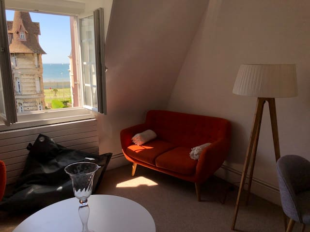 Salon / Canapé  , vue sur la mer et les courts de tennis