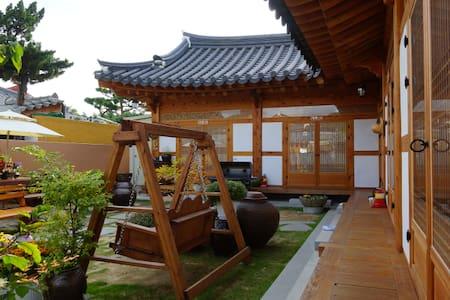 [예쁨.더] 한옥마을 경기전 바로 옆 한옥숙박 더 머뭄입니다❤️ - Wansan-gu, Jeonju