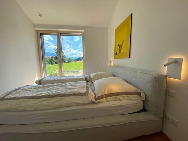 Schlafzimmer mit Blick in den Garten und auf den Heuberg.
