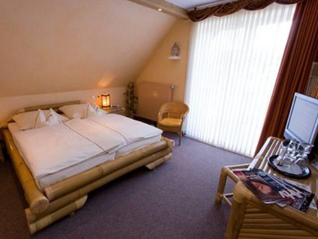 Landhotel Grimmeblick **** (Winterberg/Elkeringhausen) -, Doppelzimmer Thailand Süd/West mit Balkon DU/WC