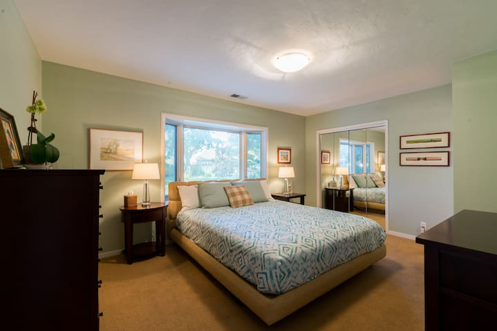 Windsor Gardens master bedroom - Menlo Park - House