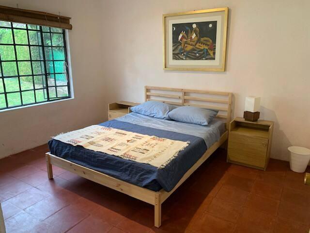 Recámara principal con cama queen size, clóset y baño.
