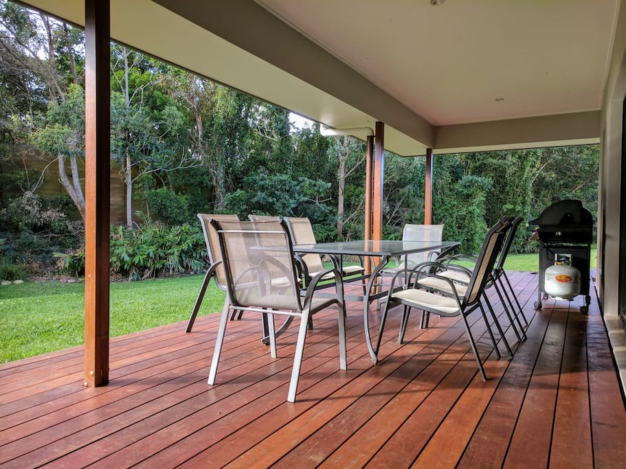 Tranquil deck with no view of neighbours. Private lush tropical backdrop
