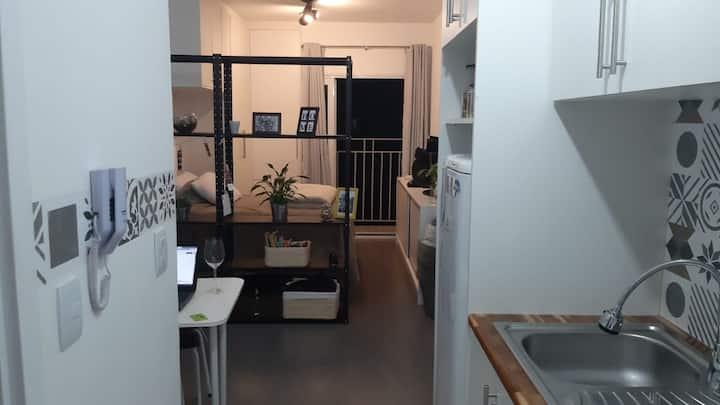 Colchão de solteiro em Studio com sacada no Centro