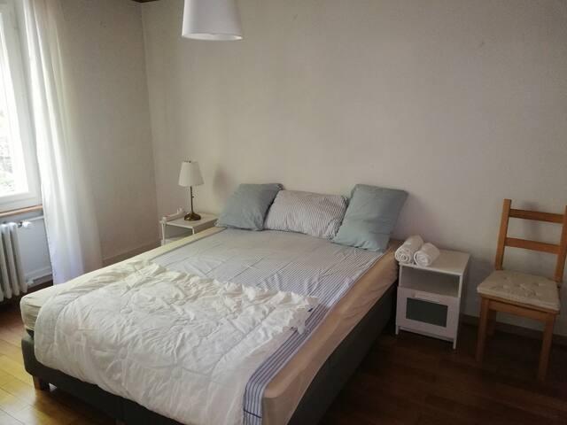 Ihr Schlaffzimmer mit Boxspring Doppelbett 160x200, Verschliessbare Tür, Kleiderschrank verschliessbar