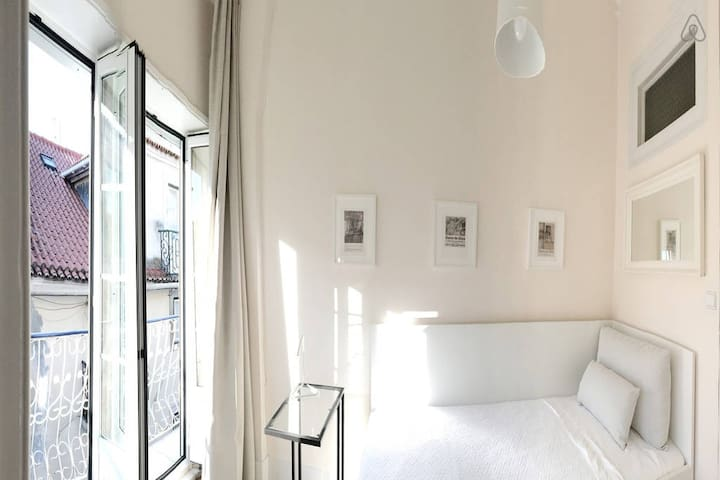 Room -Bairro Alto ( Ideal for single or 2 friends)