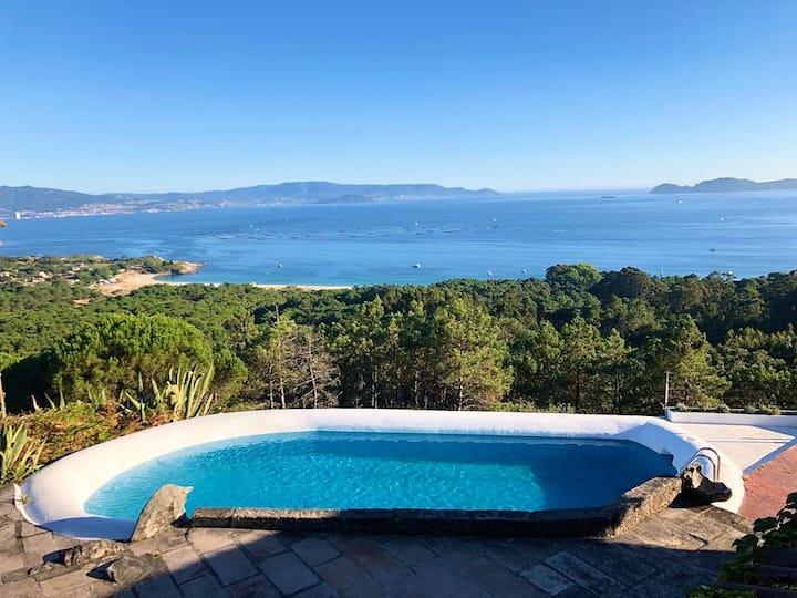 Casa privada con piscina y vistas a la ria.