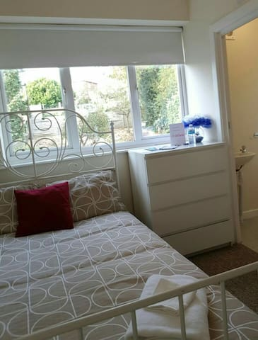 Double room with ensuite. 1 mile to Luton Airport