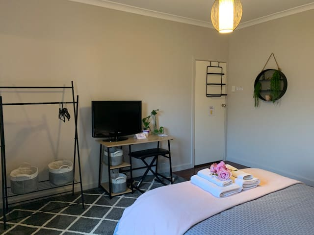 Queen room with TV and laptop space Hanging and storage baskets Fresh roses in your room when in bloom NO SMOKING or eating in room please Queen room is spacious and comfortable