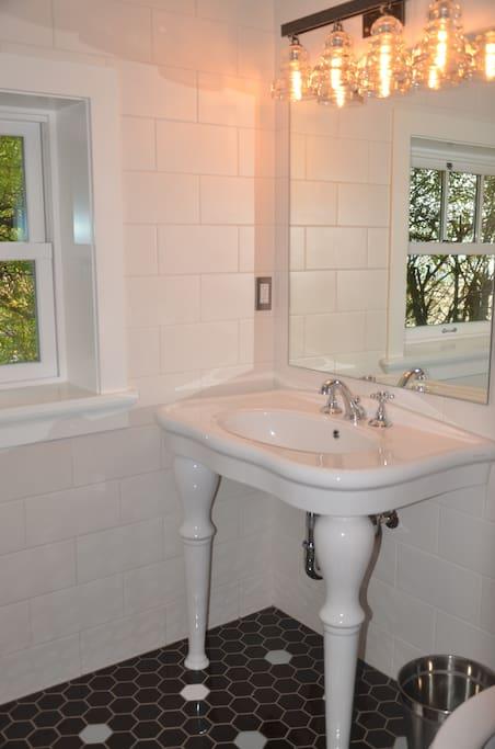 bathroom with bathtub/shower combo