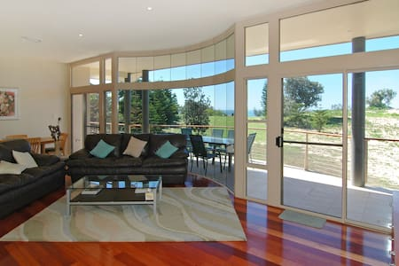 8 ILUKA - ABSOLUTE BEACHFRONT - Dunbogan - House