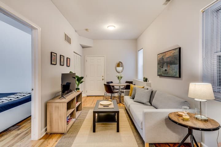 Stylish 2 Bedroom Apartment in Lincoln Park