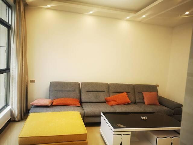 鑫源民宿大沙发,大床,崭新的锅碗瓢盆,让您有到家的感觉!